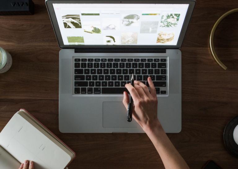 ordenador con una página web abierta